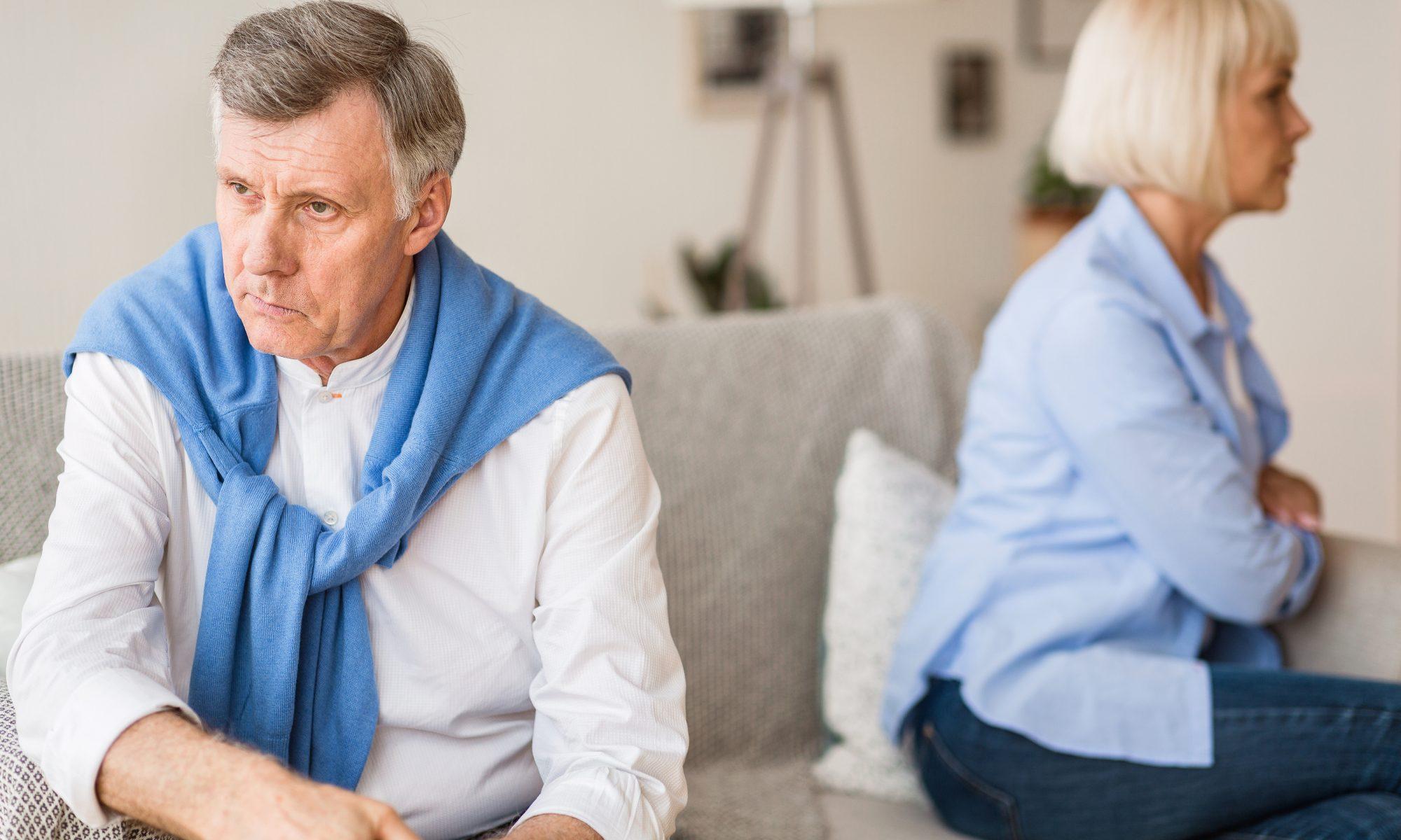 Reiferes Paar sitzt nach Streit voneinander abgewand