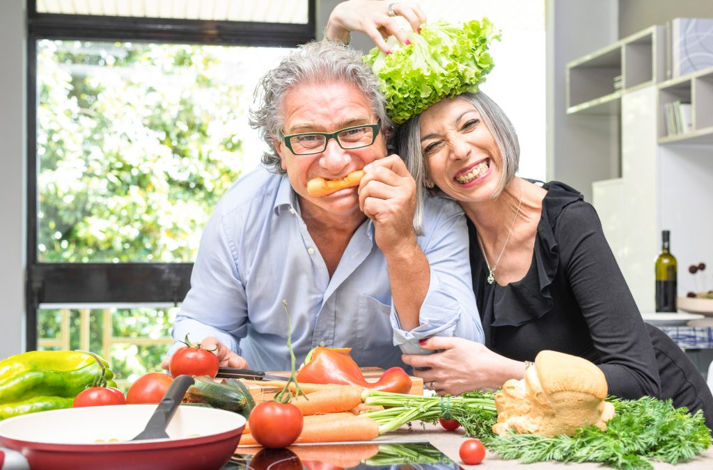 Älteres Paar hat Spaß beim gemeinsamen Kochen