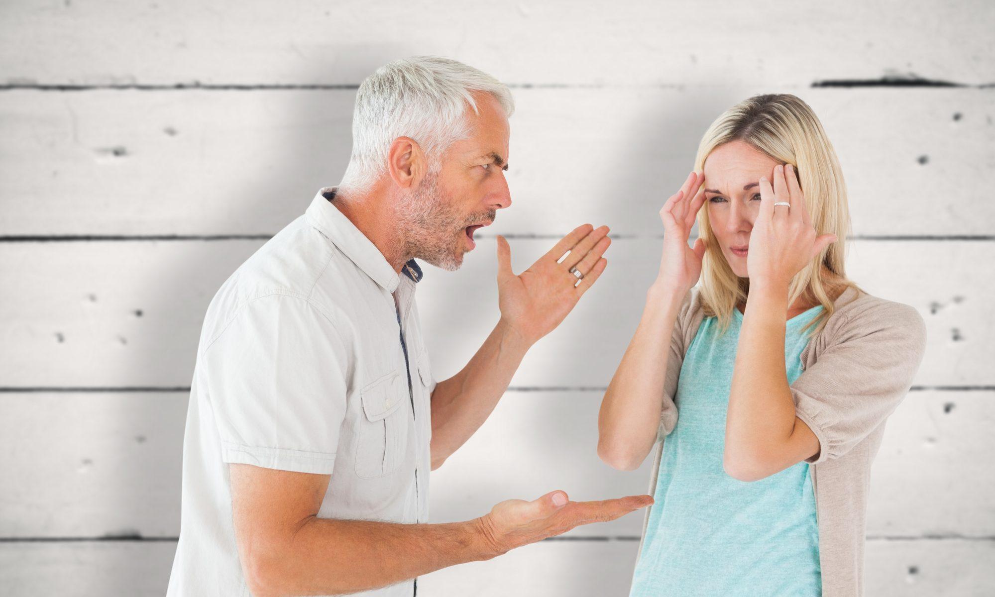 Wütender Mann um die 50, schreit seine Partnerin an