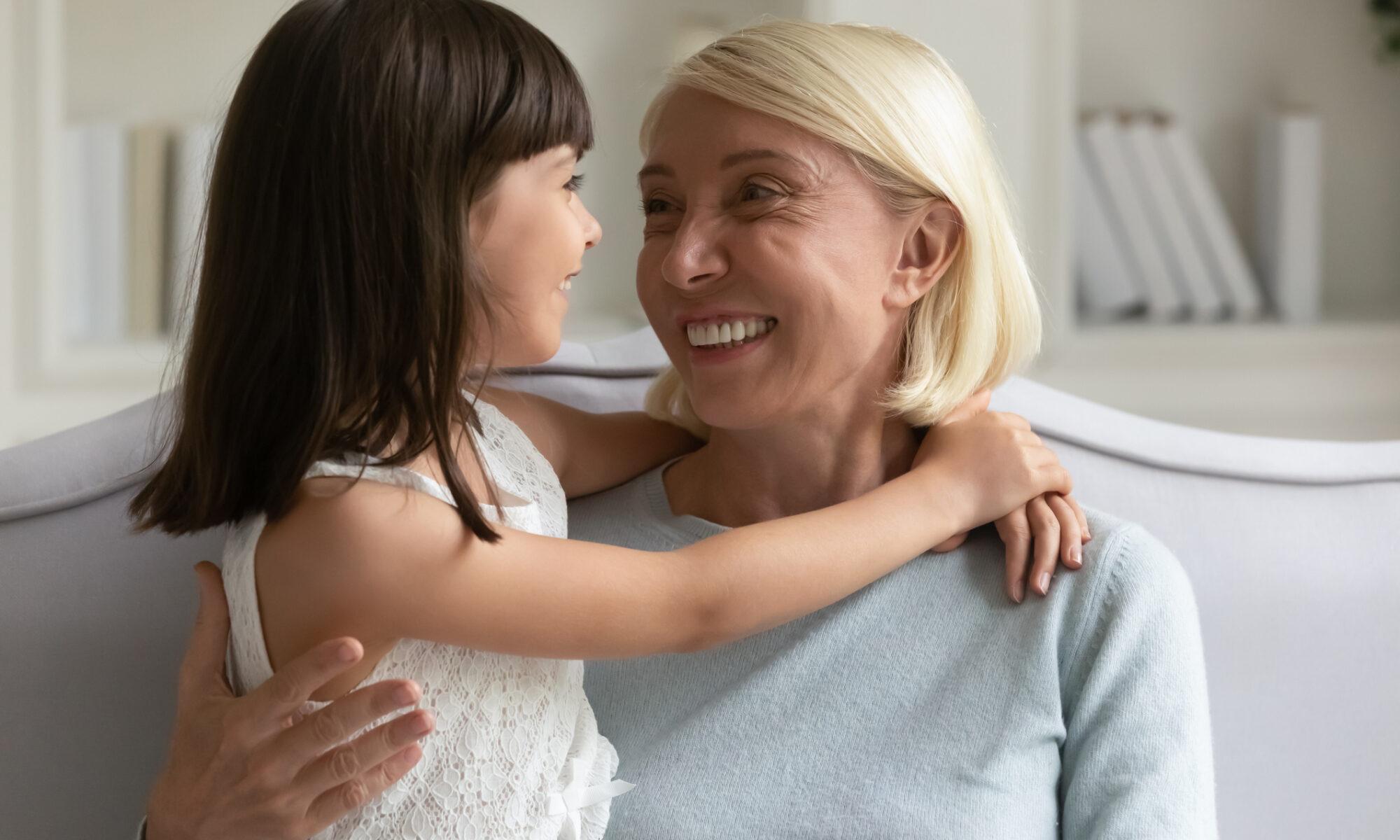 Oma fröhlich mit kleiner Enkelin