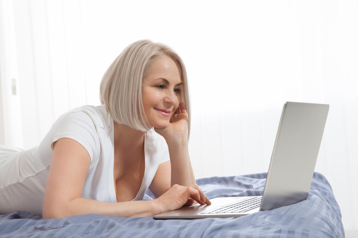 Frau chattet auf einer Singlebörse
