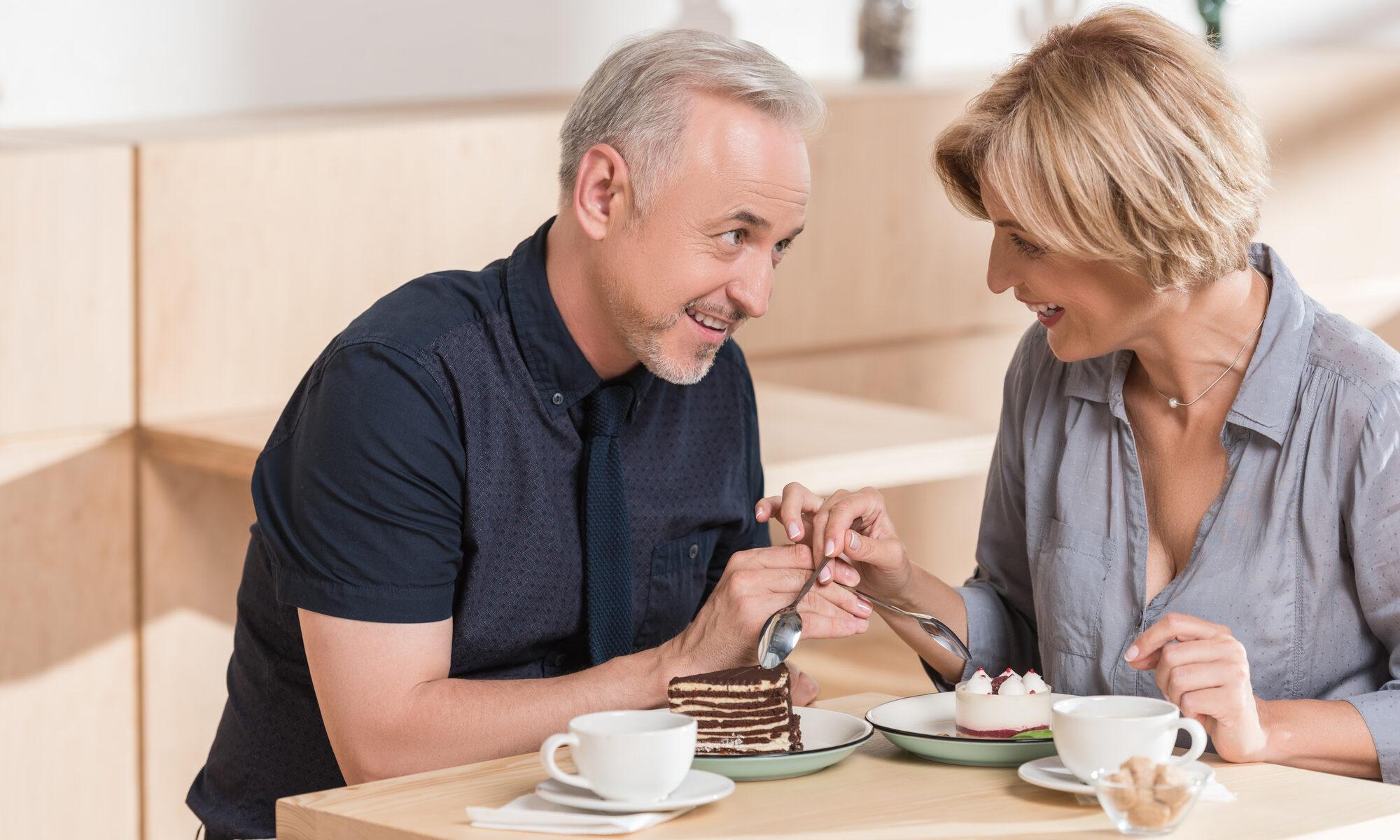 Älteres Paar beim ersten Date