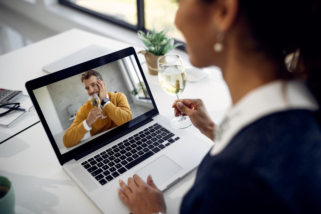 Frau beim online Dating vor dem Laptop