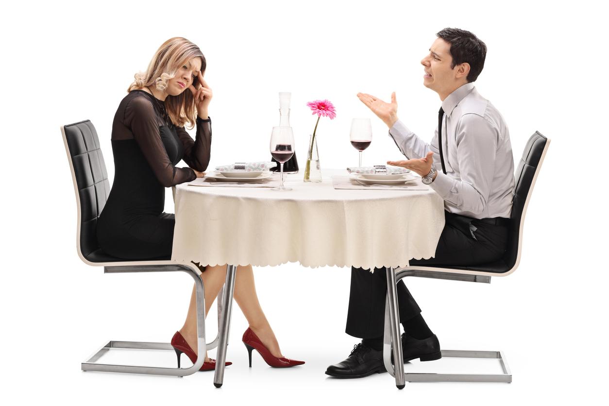 Mann und Frau bei schlechtem Date