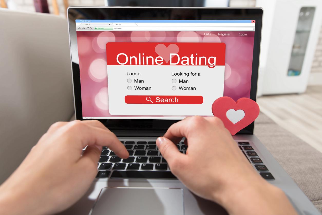 Online-Dating auf em Laptop